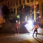 انفجار بيروت: أطلقت قوات الأمن اللبنانية الغاز المسيل للدموع على المتظاهرين مع تصاعد الغضب من الانفجار