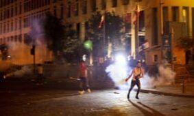 متظاهر مناهض للحكومة يلقي بعبوة غاز مسيل للدموع في احتجاجات مناهضة للحكومة في بيروت ليلة الخميس.