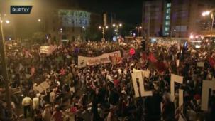 شاهد آلاف المتظاهرين يحيطون بمقر إقامة رئيس الوزراء الإسرائيلي بنيامين نتنياهو في القدس