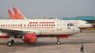 """انشطار طائرة تابعة """"للخطوط الجوية الهندية"""" لنصفين بعد هبوطها في كاليكوت ومصرع عدد من ركابها"""