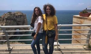 ليلى وحيدى مع ابن عمها فى الميناء فى بيروت.