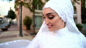 لحظة واحدة ، كانوا يصورون العروس بفستان زفافها.  ثم جاء الانفجار