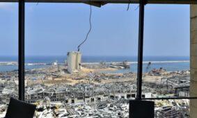 منظر لموقع الانفجار مع استمرار عمليات البحث والإنقاذ في بيروت.
