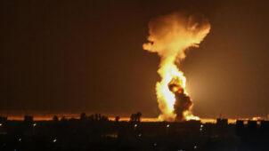 """إسرائيل تشن غارات على قطاع غزة """"ردا"""" على إطلاق بالونات حارقة"""