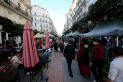 الجزائر تخفف المزيد من القيود المفروضة على فيروس كورونا ، بما في ذلك قيود السفر وحظر التجول