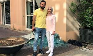 إسراء السبلاني تقف لالتقاط صورة مع زوجها أحمد صبيح في بيروت في نفس المكان الذي كانا يلتقطان فيه صور زفافهما عندما هز الانفجار المدينة.