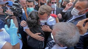 """الرئيس الفرنسي يتجول في شوارع بيروت المنكوبة ويستمع إلى """"غضب"""" سكانها"""