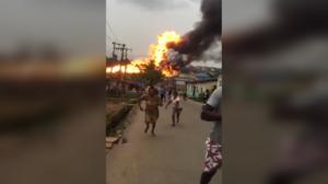 إصابة العشرات بعد انفجار ضخم لناقلة غاز في ضواحي لاغوس ، نيجيريا (فيديو)