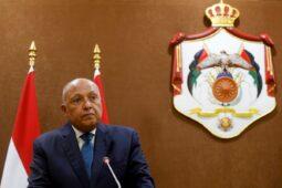 وزير الخارجية المصري يصل إلى أثينا لبحث الخلاف الإقليمي مع تركيا