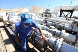 الجزائر توقع عقود تنفيذ مشاريع النفط والغاز