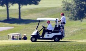 ترامب يلعب الجولف في ستيرلنج بولاية فيرجينيا في يوليو.