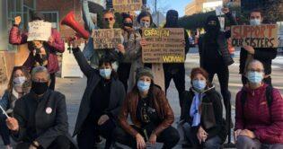 """""""دعم أخواتنا"""": محتجون مونتريال يحتجون على سجن نساء تيك توك المصريين"""