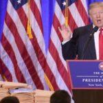 يبدو أن ترامب يسلم كتابًا كبيرًا بعنوان 60 دقيقة يحتوي على صفحات فارغة كدليل على خطة الرعاية الصحية
