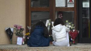 فرنسا تعلن إقامة تكريم وطني للأستاذ الذي قتل بعد عرضه أمام تلامذته رسوما كاريكاتورية للنبي محمد