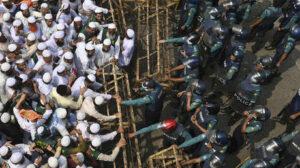 الشرطة تتدخل مع مسيرة الآلاف من المدافعين عن الإسلام لـ'حصار 'على السفارة الفرنسية في بنغلاديش (صور)