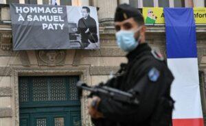 """فرنسا تستهدف """"التطرف الإسلامي"""" وسط خلاف مع تركيا - BBC News عربي"""