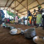 قطع المساعدات وفيروس كوفيد يجبران لاجئي أوغندا على حافة المجاعة