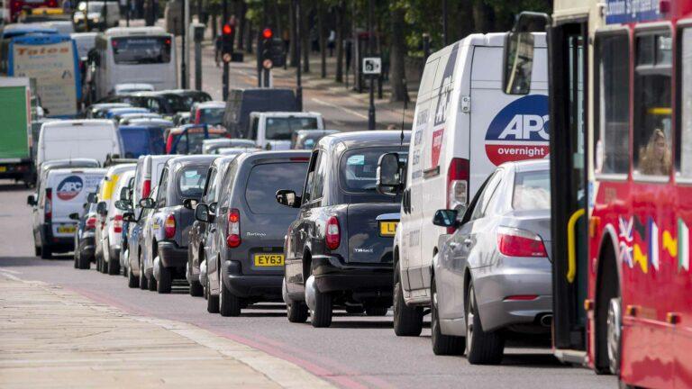 جونسون يؤكد أن الحظر على مبيعات البنزين والديزل سينتقل حتى عام 2030