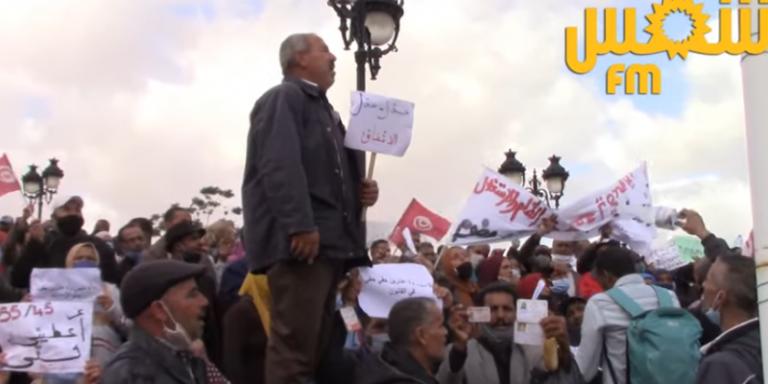 عمال الحضائر ممن تجاوزت أعمارهم 45 سنة يطالبون بإلحاقهم بالوظيفة العمومية