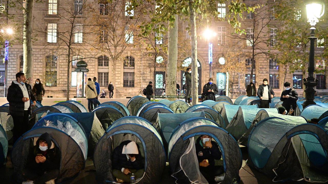 فرنسا: الشرطة تستخدم القوة والغاز المسيل للدموع لتفكيك مخيم للمهاجرين وسط باريس