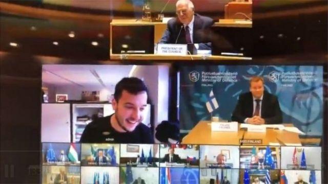 لقطة لشاشة تظهر الصحفي والمشاركين في الاجتماع