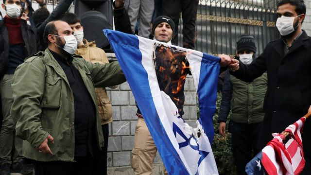 متظاهرون يحرقون علم إسرائيل