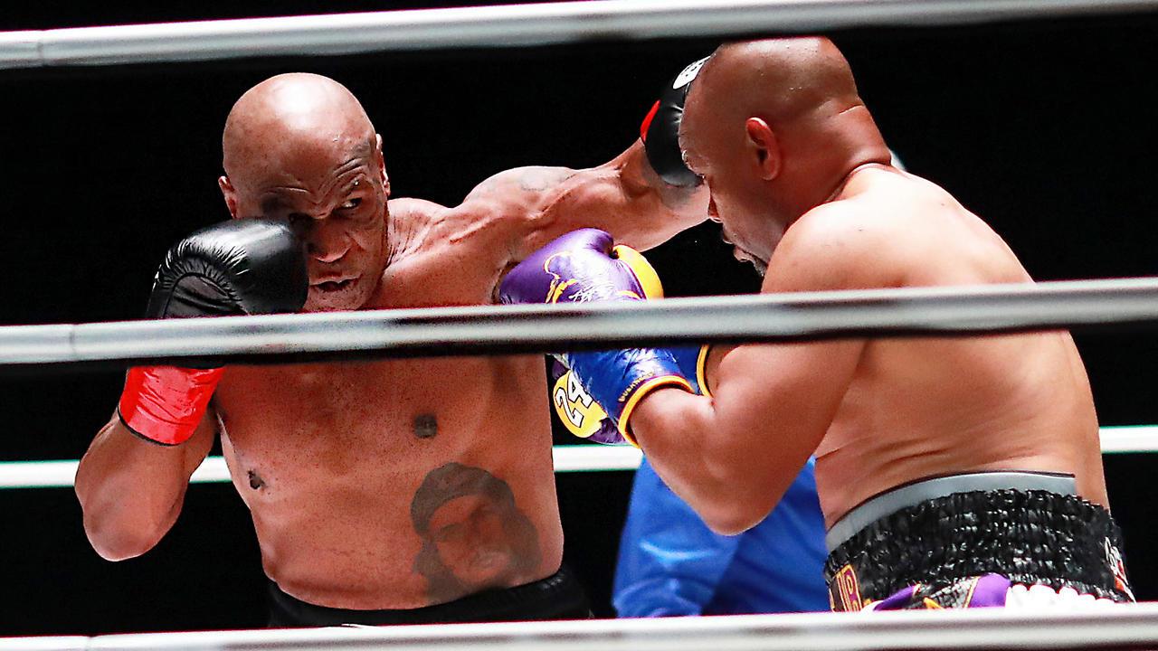 مايك تايسون يعود إلى حلبة الملاكمة في مباراة استعراضية ضد روي جونز انتهت بالتعادل