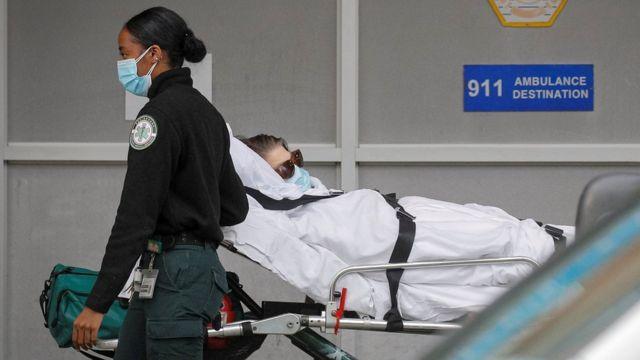 نقل مريض إلى مستشفى في بروكلين