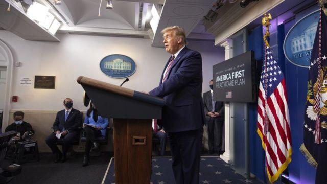 الرئيس دونالد ترامب متحدثاً للصحفيين في البيت الأبيض حول تسعير الأدوية