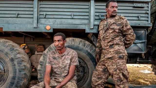 جنديان من الجيش الإثيوبي بجوار شاحنة للجيش