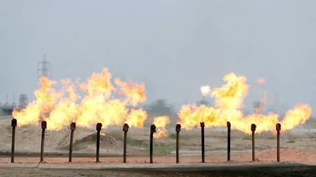 لا يريد العراق أن يُستثنى من اتفاق أوبك + حيث يقترب مصدرو النفط من إبقاء قيود الإنتاج