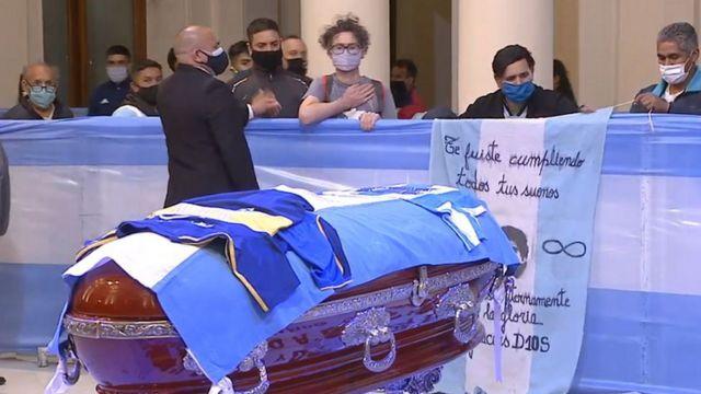 عشاق مارادونا يلقون نظرة الوداع الأخيرة على جثمانه