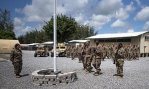 أفراد الخدمة الأمريكية في معسكر سيمبا في كينيا عام 2019. تعرضت القاعدة لهجوم من قبل حركة الشباب في يناير من هذا العام ، مما أسفر عن مقتل جندي أمريكي واثنين من المتعاقدين الأمريكيين.