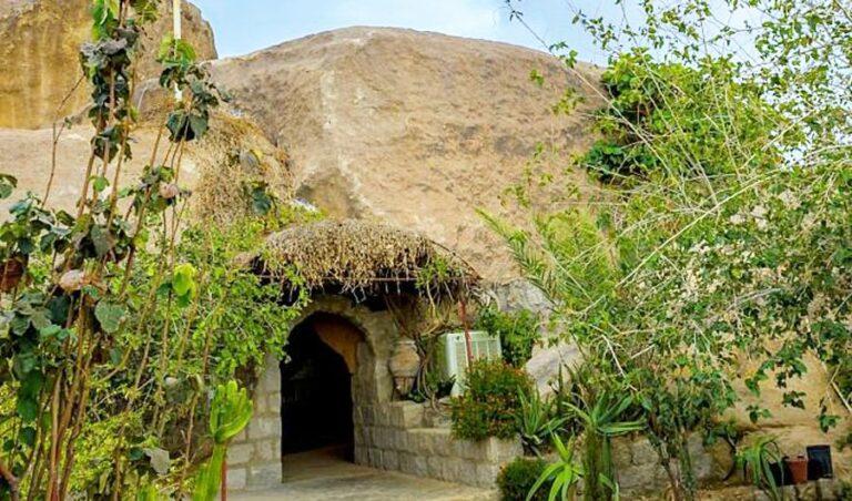 يشيد الزوار بجمال الكهوف القديمة في منطقة الباحة بالمملكة العربية السعودية