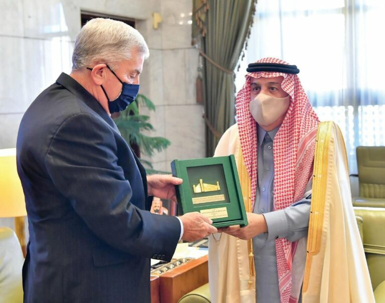 أمير الرياض يلتقي السفير الأمريكي المنتهية ولايته