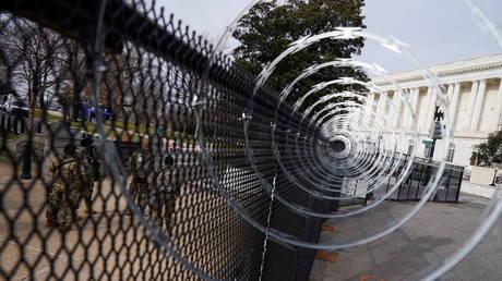 """""""كابيتول هيل سوبرماكس""""؟  اجعل السياج الأمني في العاصمة دائمًا ، يتوسل عضو الكونغرس الديمقراطي في مشروع القانون"""