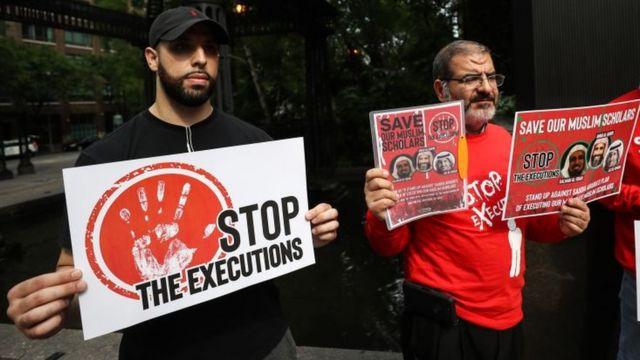 صورة أرشيفية لمتظاهرين ضد عقوبة الإعدام أمام القنصلية السعودية في نيويورك