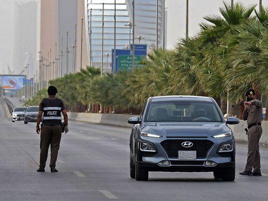 شرطة الرياض تداهم تأشيرات ورخص قيادة وشهادات صحية مزورة
