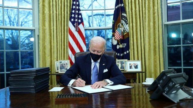 بايدن يوقع أوامر تنفيذية في المكتب البيضاوي