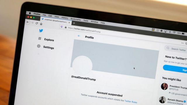 شاشة كومبيوتر يظهر عليها حساب ترامب المغلق على تويتر