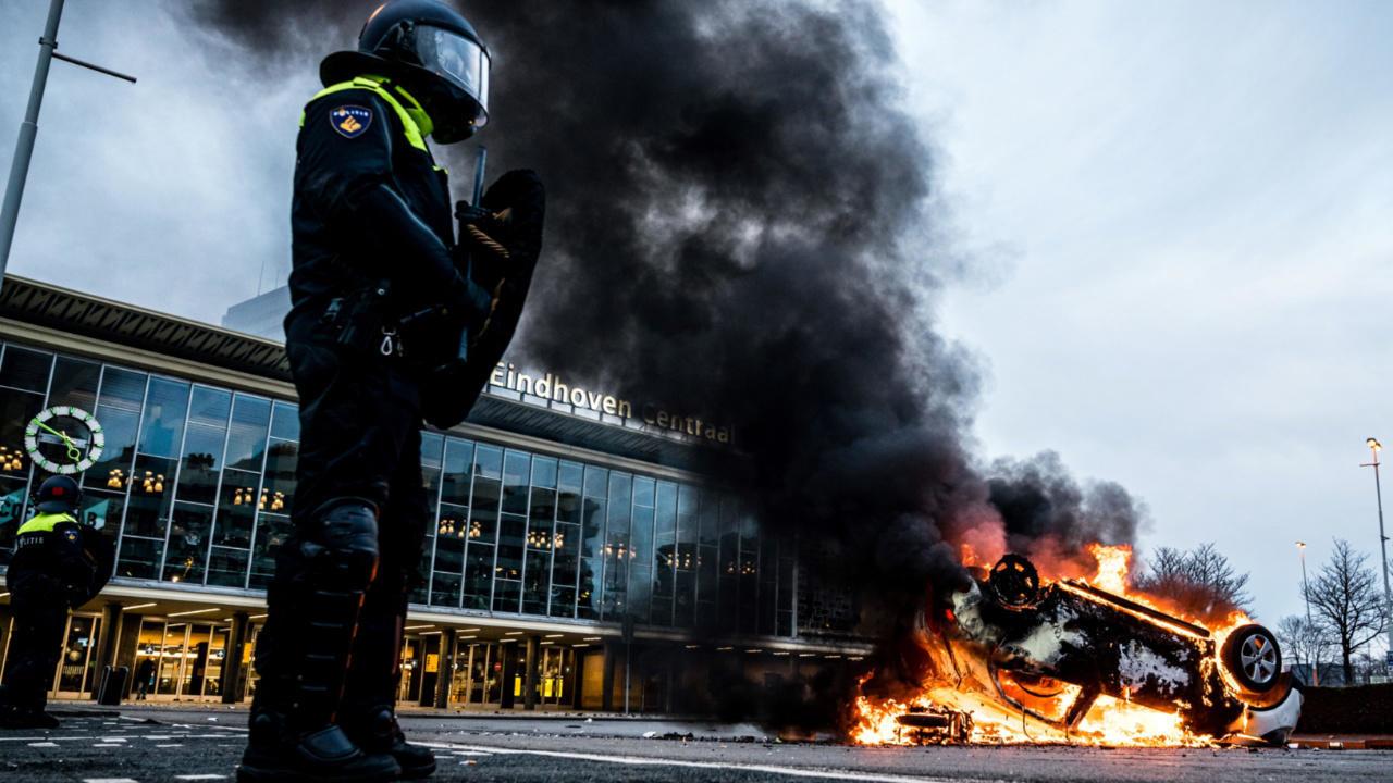 هولندا: مواجهات مع الشرطة وأعمال نهب خلال مظاهرات منددة بحظر التجول المفروض لكبح تفشي فيروس كورونا
