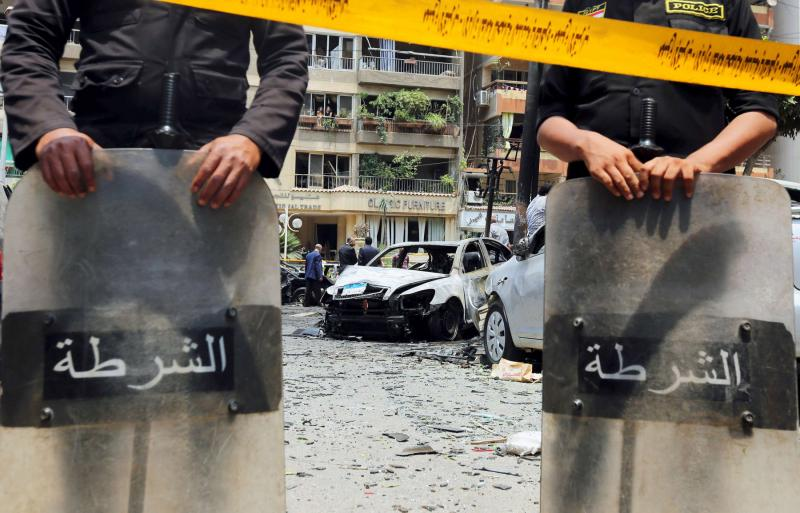 Police officers investigate the site of a car bomb attack on the convoy of Egyptian public prosecutor Hisham Barakat near his house at Heliopolis district in Cairo, Egypt June 29, 2015. (REUTERS)