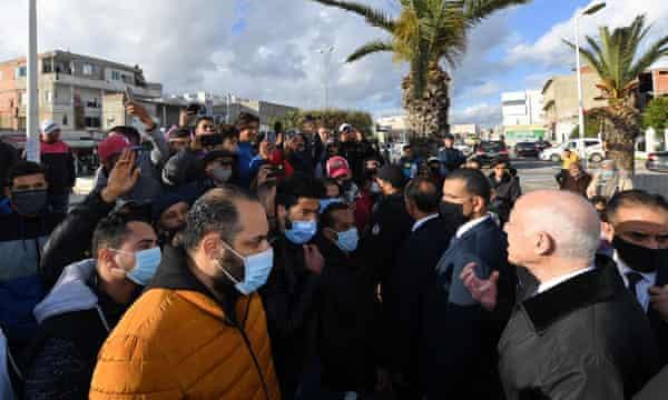 الرئيس التونسي قيس سعيد ، من اليمين ، يدعو إلى الهدوء في تونس العاصمة ، 18 يناير 2021.