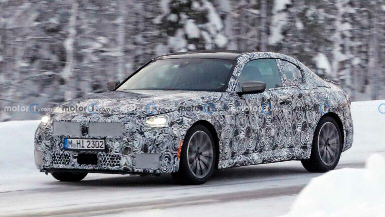 تجسست سيارة 2022 BMW 2 Series Coupe وهي تقضي بعض الوقت في أرض العجائب الشتوية