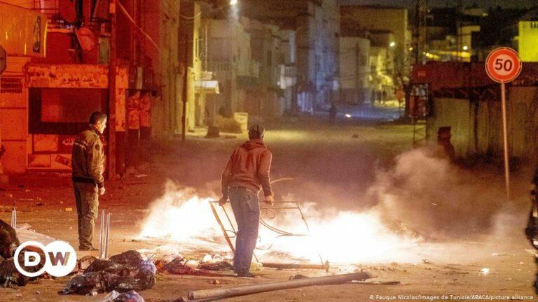 تونس تعتقل أكثر من 600 وتنشر الجيش بعد احتجاجات عنيفة |  DW |  18.01.2021