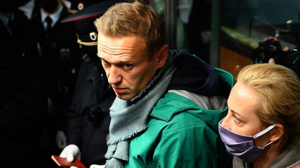 لحظة اعتقال نافالني فور عودته إلى روسيا - BBC News عربي