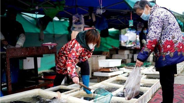 سوق في ووهان حيث يعتقد أن بداية الفيروس كانت من هناك.