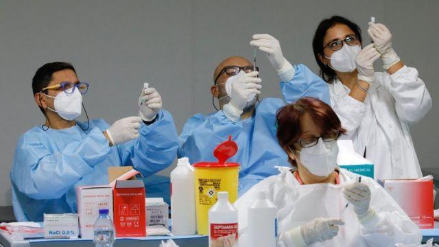 إيطاليا تلوح باللجوء للقضاء لتأخر وصول لقاحات فيروس كورونا - BBC News عربي