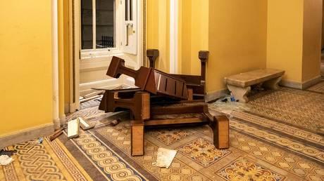 """لحمايتهم الخاصة: نكات نائب المراسل التي نهبها """"القطع الأثرية"""" من مبنى الكابيتول الأمريكي قد تظهر في المتحف العراقي"""