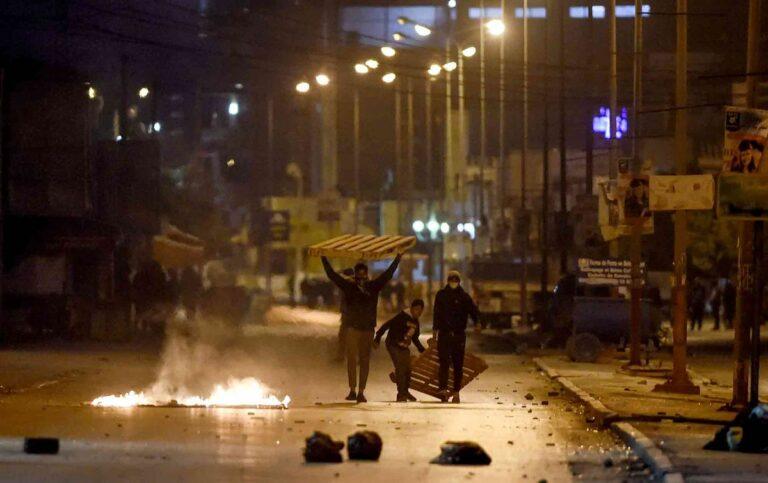 اعتقال المئات في تونس احتجاجات برئيس الوزراء يخطط لتشكيل حكومة جديدة